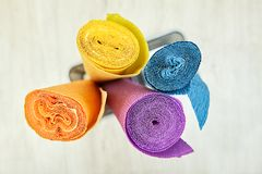 Omfloers verpakkend document is verdraaid in vier gekleurde broodjes Stock Afbeeldingen