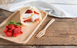 Omfloerst de roomkaas van het cakebroodje met verse aardbei Royalty-vrije Stock Afbeelding