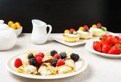 Omfloerst gevuld met kaas en bessenbovenste laagje op een plaat voor ontbijt Royalty-vrije Stock Afbeeldingen