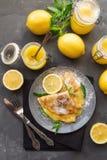 Omfloerst met citroengestremde melk Stock Foto