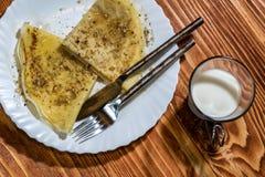 Omfloerst pannekoeken met honing en okkernoten en glas melk Royalty-vrije Stock Fotografie