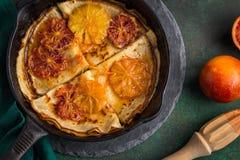 Omfloerst suzette, heerlijke pannekoeken met oranje saus Royalty-vrije Stock Foto