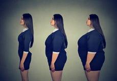 omformning Den passande unga feta kvinnan bantar den färdiga flickan Royaltyfri Fotografi