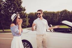 Omg! Ingen väg! Brunn klädd rik makegåva hans fru en ny ve Fotografering för Bildbyråer