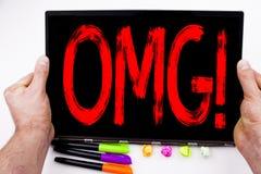 OMG OH το κείμενο Θεών μου που γράφεται στην ταμπλέτα, υπολογιστής στο γραφείο με το δείκτη, μάνδρα, χαρτικά Επιχειρησιακή έννοια Στοκ Εικόνα
