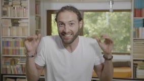 Omg-Reaktion auf eine wirklich unglaubliche Tatsache vom jungen bärtigen Mann, der Erstaunen und Schock ausdrückt - stock video