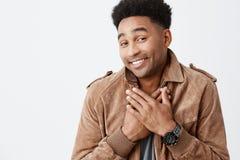 OMG To jest w ten sposób słodki, dziękuje ciebie Portret piękny rozochocony afro amerykański mężczyzna z kędzierzawym włosy jest  Obrazy Stock