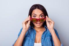 Omg! Zamyka w górę portreta zadziwiająca dziewczyna w różowych okularach przeciwsłonecznych i ca Zdjęcie Royalty Free
