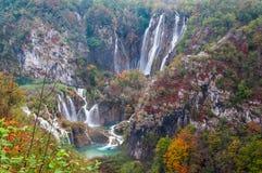 omgav den nya gröna plitvicen för härliga strömmar vegetationvattenfallvattenfall Royaltyfria Foton