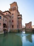Omgav med vallgrav Castello Estense i den Ferrara staden Arkivfoton