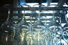 Omgedraaide wijnglazen in het close-up van de restaurantbar Royalty-vrije Stock Fotografie