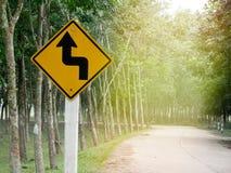 Omgekeerde draai verlaten tekens op de weg op de weg Stock Foto's