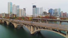 Omgekeerde luchtmening van Lamar Boulevard Bridge in Austin Texas stock videobeelden