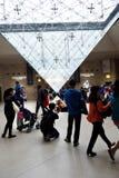 Omgekeerde piramide bij het Louvre van Le Carrousel Du (Louvrewandelgalerij), Parijs, Frankrijk Stock Foto's