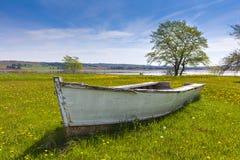 Omgiven av land roddbåt Arkivbild