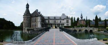 omgiven medeltida panorama för slottlake Arkivfoto