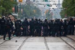 Omgivna protesterare Arkivfoto