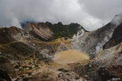 Omgivning av vulkan Sibayak på ön av Sumatra i Indonesien arkivbilder