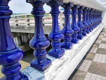 Omheining Along van de perspectief Retro Blauwe Ceramische Balustrade de Brug Stock Foto's