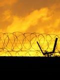 Omheining de met weerhaken van de Perimeter Royalty-vrije Stock Foto's
