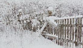 Omheining in de sneeuw de oude houten winter van de sneeuwvalvakantie landscap royalty-vrije stock afbeeldingen