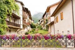 Omheining met bloemvazen wordt verfraaid in Levico Terme, een dorp in de Italiaanse Alpen die Royalty-vrije Stock Afbeeldingen