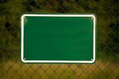 Omheining met een groen teken stock foto's