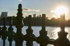 Omheining met een zonsondergang op de achtergrond royalty-vrije stock foto
