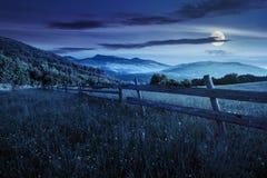 Omheining op hellingsweide in bergen bij nacht Stock Foto