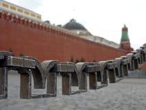 Omheining in rood vierkant dichtbij Moskou het Kremlin Stock Fotografie