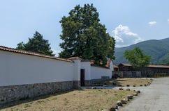 Omheining van antiek en nieuw deel bij kerkhof, Batkun-Klooster stock afbeelding