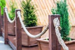 Omheining van koord en houten pijlers wordt gemaakt die Royalty-vrije Stock Fotografie