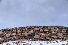 Omheining van stenen wordt gemaakt die Royalty-vrije Stock Afbeeldingen