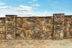 Omheining van stenen wordt gemaakt die Royalty-vrije Stock Afbeelding