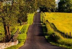 Omheiningen en landbouwbedrijfgebieden langs een heuvelige weg in het Nationale Slagveld van Antietam Stock Fotografie