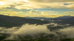 Omhels de bergmist op stijging van zon de vastgestelde /sun Stock Fotografie