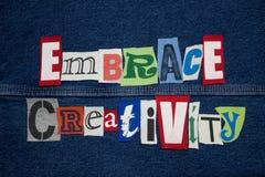 OMHELS de collage van het CREATIVITEITwoord van de verwijderde brieven van het T-stukoverhemd, de persoonlijke groei stock foto
