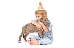Omhels de jongen en het puppy royalty-vrije stock foto's