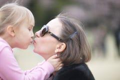 Omhels en kus de moeder en de dochter royalty-vrije stock afbeelding