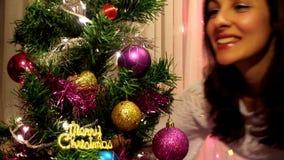 Omhels Kerstboom stock video