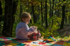 Omhels kindconcept Kinderjarendromen Jonge geitjeszorg en tederheid royalty-vrije stock foto