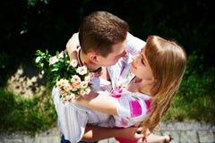 Omhels romantische minnaars stock foto's
