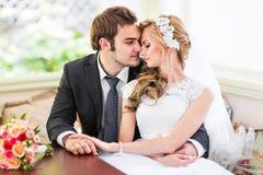 Omhelst enkel echtpaar Royalty-vrije Stock Foto's
