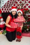 Omhelste Kerstmismoeder en zoon Royalty-vrije Stock Foto's