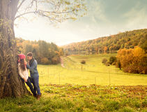 Omhelzing in het de herfstpark stock fotografie