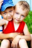Omhelzing van twee leuke broers openlucht royalty-vrije stock afbeelding