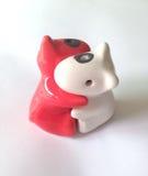 Omhelzings ceramische pop voor valentijnskaartconcept Stock Foto