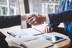 Omhoog be?indigend een vergadering, handdruk van twee gelukkige bedrijfsmensen na contractovereenkomst om een partner te worden,  royalty-vrije stock afbeelding