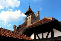 Omhoog bekijkend de bovenkant van een kasteel, met de hemel als achtergrond stock foto's