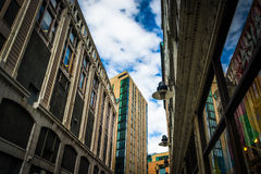 Omhoog bekijkend gebouwen langs een smalle straat in Boston, Massach Stock Afbeeldingen